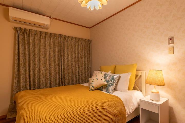 ダブルベッド1つのお部屋。お二人が十分寝れます!