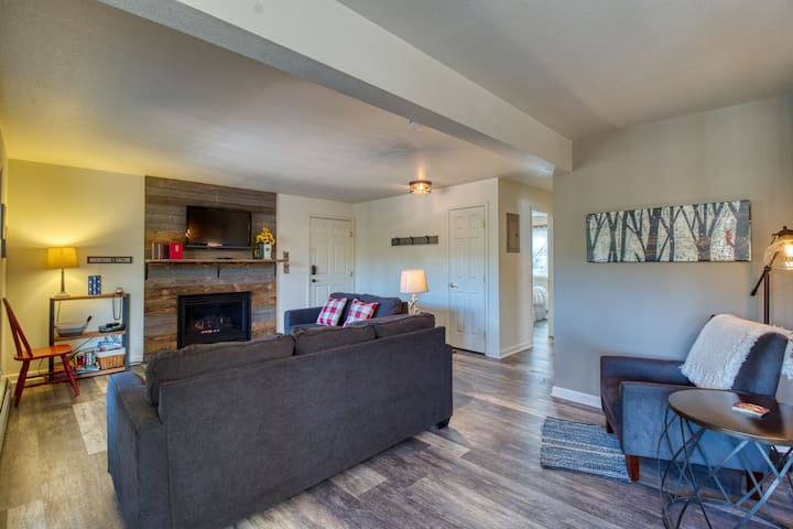 Relaxing condo in Estes Park w/ a full kitchen, gas fireplace, & furnished deck