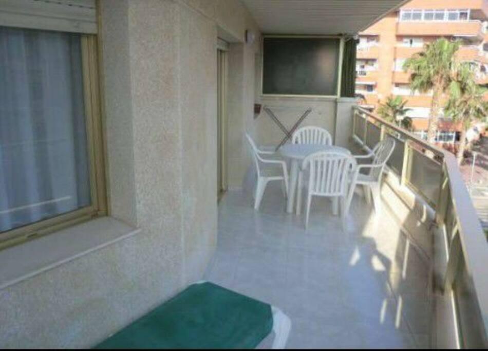 Terraza con muebles de jardín y vistas a la piscina