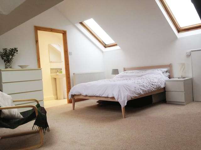 Lovely attic space with en suite shower room - Cardiff - Casa