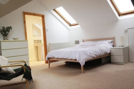Lovely attic space with en suite shower room - Cardiff
