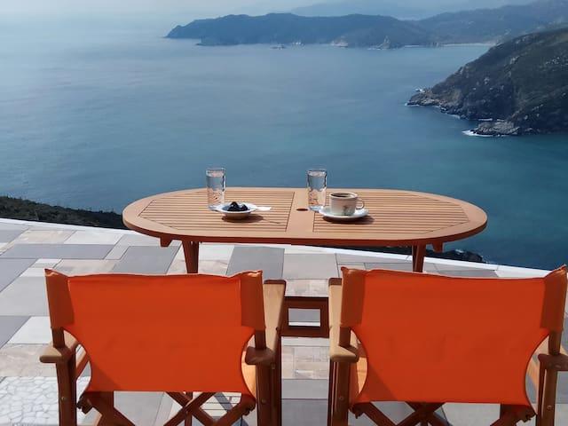 Πρωινός καφές μπροστά στο Αιγαίο