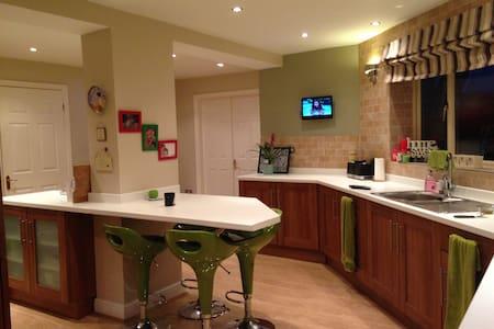 Quiet en-suite double room - Rossington