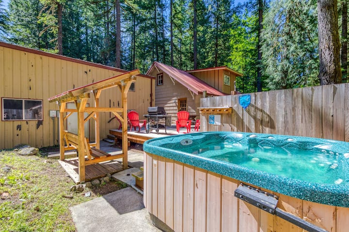 Dog-friendly cabin w/ private hot tub, deck, & basketball! Walk to the river!