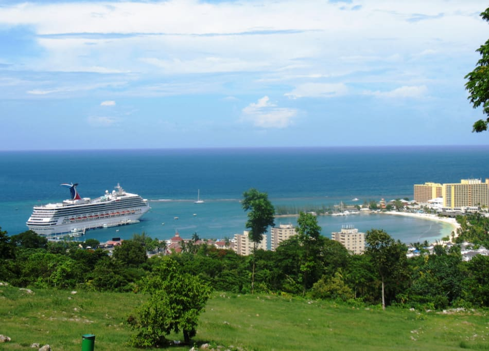 The photo gives guest the fantastic view of the Caribbean ocean . This is the breath taking view from your balcony.