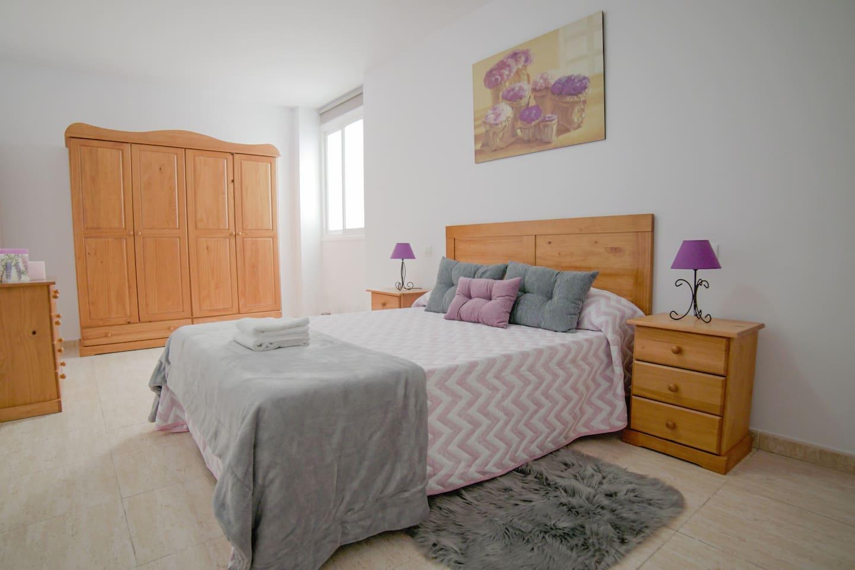 Amplio dormitorio principal equipado con una  cama doble de colchón ortopédico, mantas, toallas, mesitas de noche, gran armario ropero y cómoda de 4 cajones