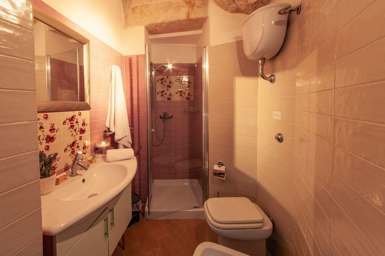 Comodo bagno con doccia, kit cortesia, phon.