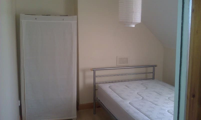 1 Minute from Turnpike Lane Tube. 2 Double rooms.