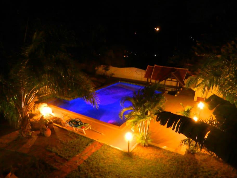 Piscine de nuit avec lumière qui change de couleur et éclairage