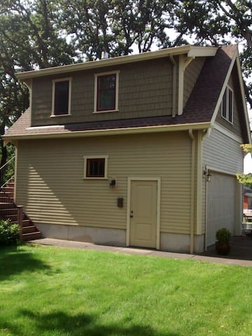 1 bedroom apt. over detached garage 10 min to town - Eugene