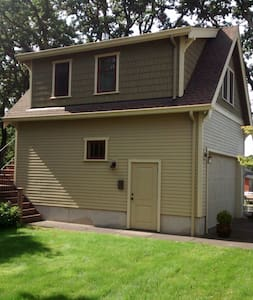 1 bedroom apt. over detached garage 10 min to town - Eugene - Wohnung