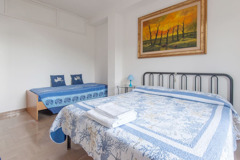 Camera Gialla: matrimonial bedroom with singolar bed, private bathroom and balcony with sea view.
