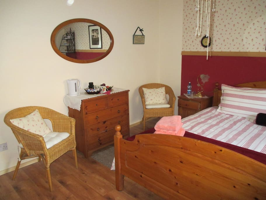 Double Bed Room with Super King Size Bed and En-suite/Coffee & Tea Making Facilities