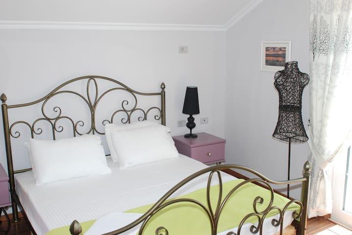 The Strawberry Room Villa Cake - Tushemisht - Vila