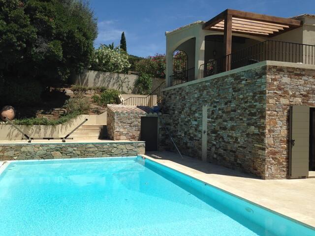 Terrasse piscine équipée avec douche murale et 10 relax
