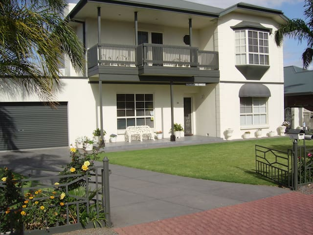 Home away from home - Glenelg East - Bed & Breakfast