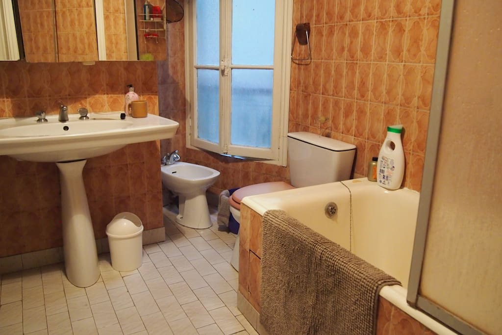 Salle de bain spacieuse toute équipée