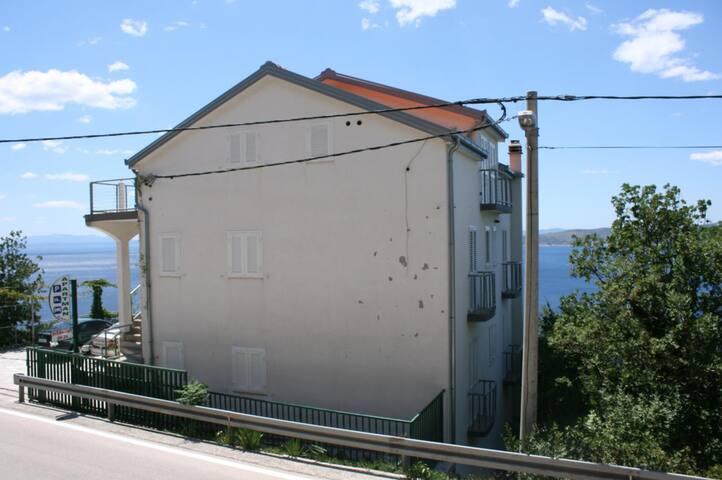 Room with air-conditioning Brela (Makarska) (S-6828-a)