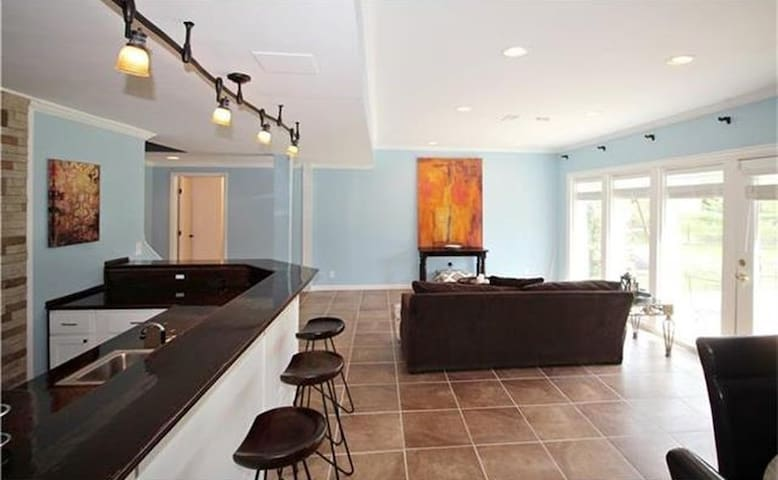Charming Upscale Posh Comfy Lakefront Suite - Leawood - Outros