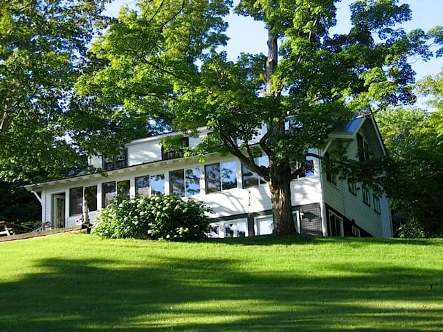 Gorgeous lake house, minutes to Woodstock - Barnard - House