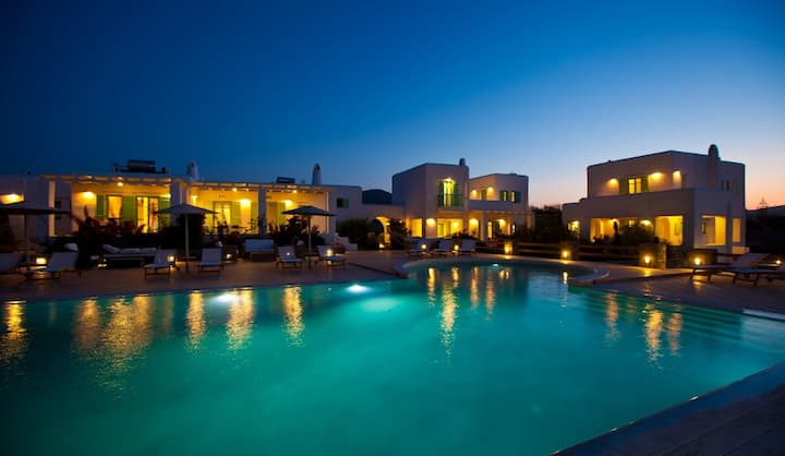 Sea view villa for 4 in a luxury complex in Paros