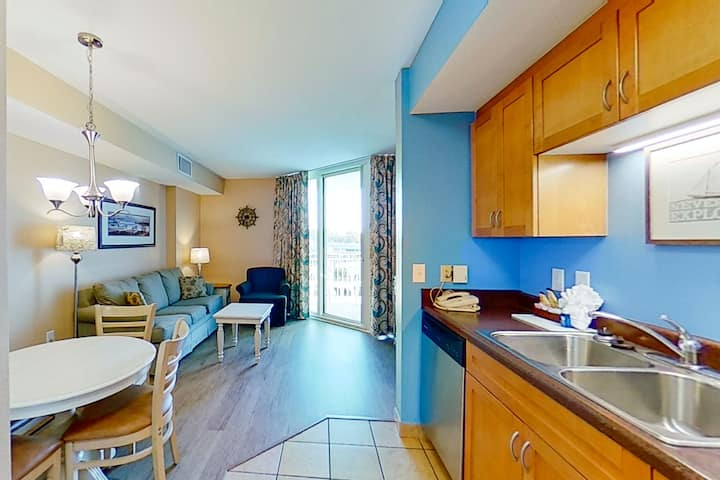 5th floor condo w/ shared hot tub, shared pool, private W/D, WiFi, & central AC