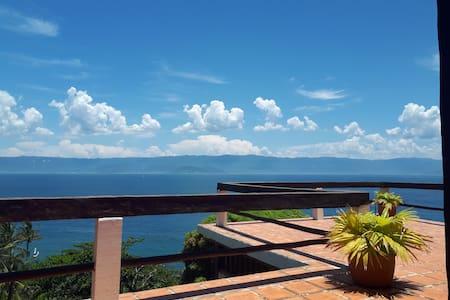 Casa com linda vista e área privativa junto ao Mar