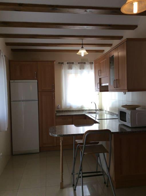 La cocina es abierta y cuenta con lavavajillas,  horno y los útiles necesarios para cocinar.