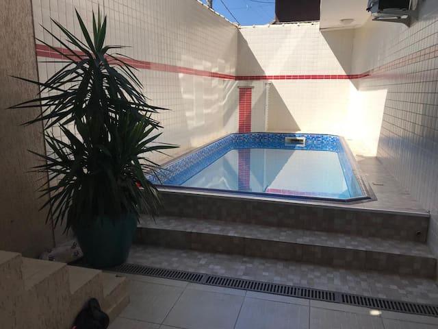Casa com piscina 2km da praia