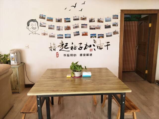 格尔木平安驿客栈:舒适四人间  格尔木市中心繁华地段 吃饭购物十分方便 - Haixi Mengguzuzangzuzizhizhou - Wohnung