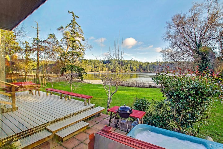 Waterfront Pet Friendly Home with Hot Tub! (Mitchell Bay Shores)