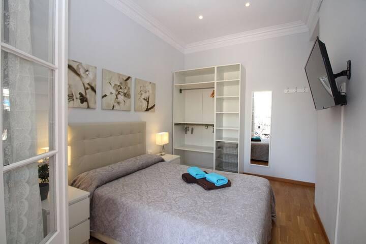 Bonita habitación con mucha luz y balcón