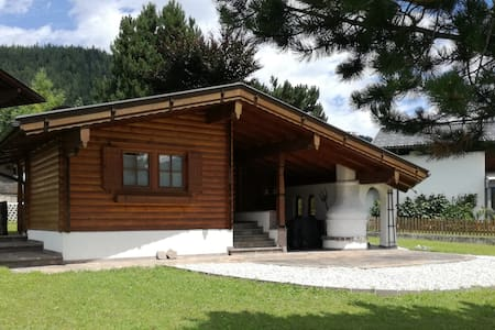 Ferienhaus mit Kamin, Terasse und Garten, Fritzens