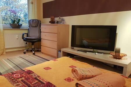 Beautiful room,close fair,breakfast - Laatzen