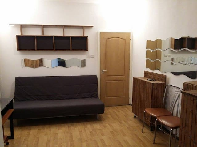 nice room shared with host :) - București - Casa
