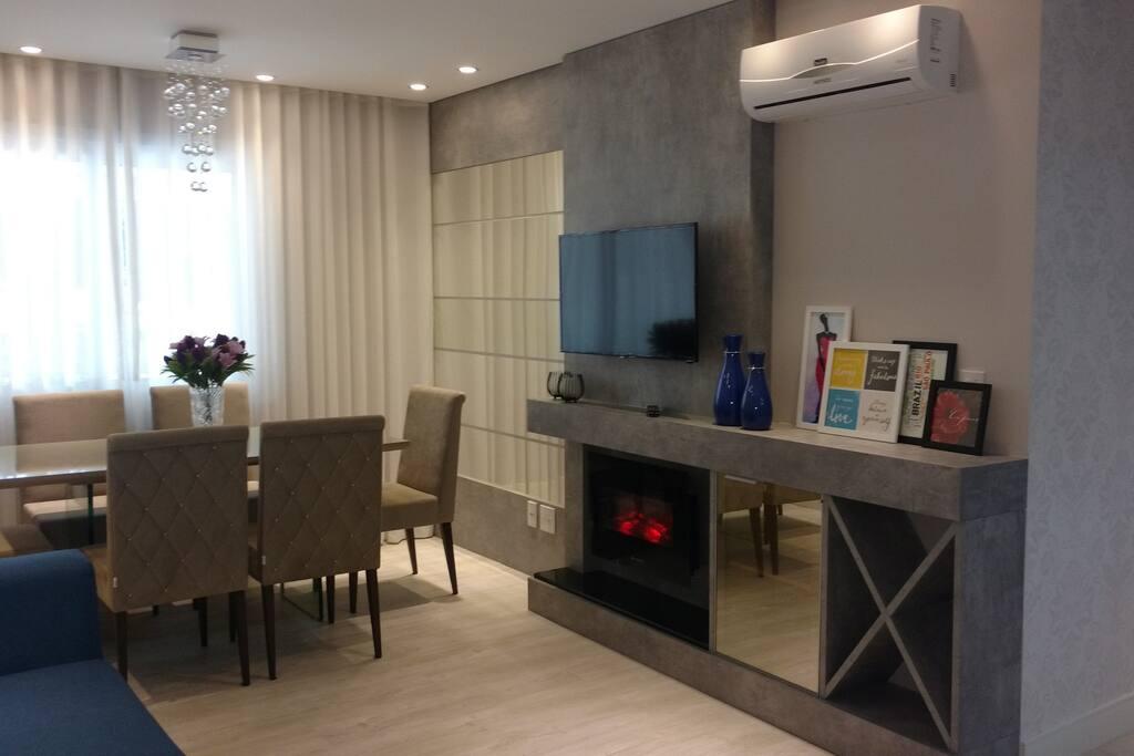 Sala de Estar e Jantar com lareira e split quente/frio