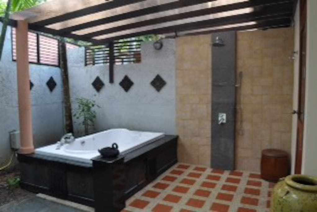 ensuite outdoor shower and jacuzzi