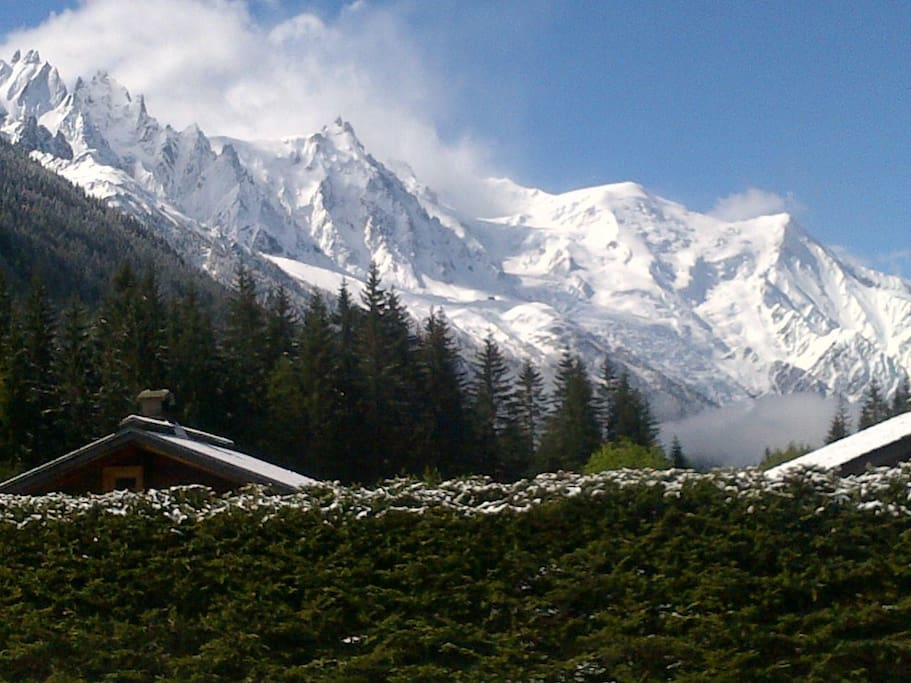 360° view on the mountains, including face view on the Mont Blanc. South exposure