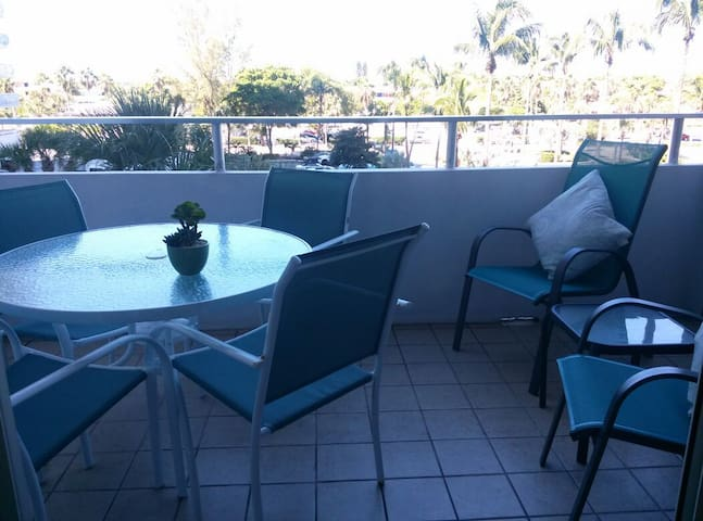 Private balcony (A must ) seating for 4 facing the sunset ( Quiet--- not over noisy tiki bar or pool or odors from the restaurant below)Great area for dining and relaxing. Beautiful sunsets