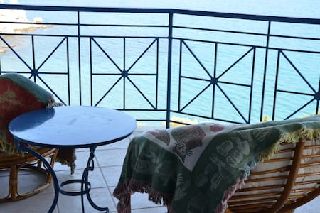 Beach house with breathtaking view - Marmari