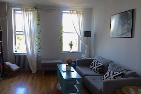 Bright 1BR in heart of Greenpoint