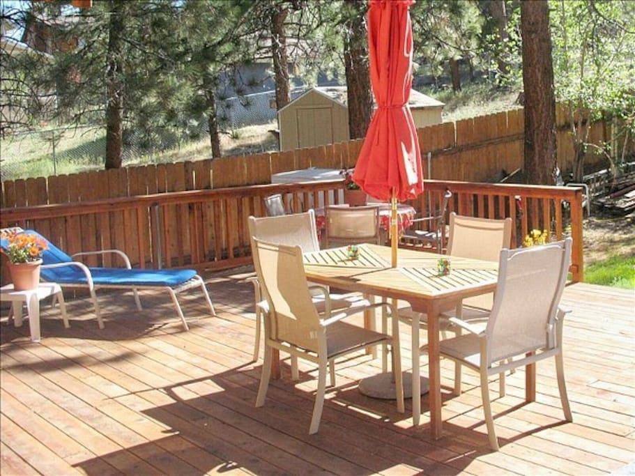 700 sq ft rear deck with Jacuzzi, BBQ & dining tables