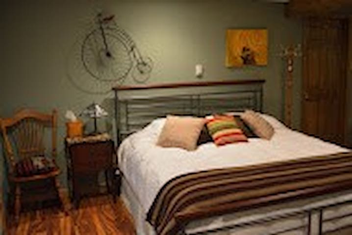 Rooster Retreat Bed and Breakfast - Cassville