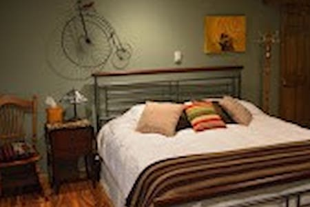 Rooster Retreat Bed and Breakfast - Cassville - Bed & Breakfast