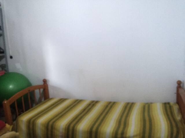 Quarto mobiliado ótima localização - Campo Grande - House