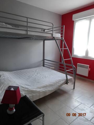 chambre 3 couchages 1 lit de 140 et au dessus 1 lit de 90