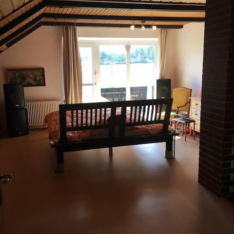 Mansardenzimmer mit Balkon und Kamin