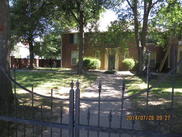 1BR/1BA /LR with Dinning Area