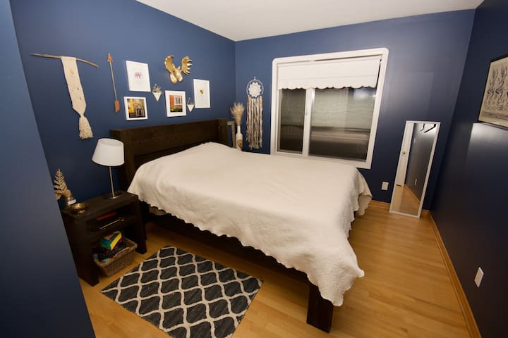 Beautiful Bedroom located in spacious home - Revelstoke - Hus
