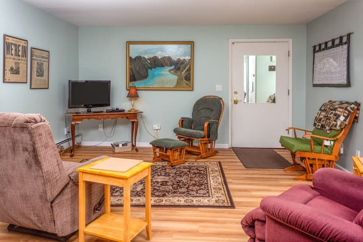 Charming condo w/ a full kitchen, right in the heart of Anchorage!